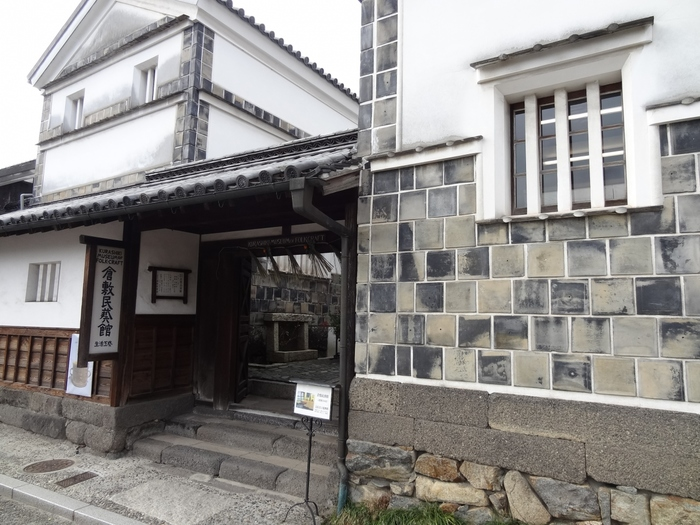今年2018(平成30)年11月に70周年を迎える「倉敷民藝館」は、日本で2番目にできた民藝館です。初代館長・外村吉之介が蒐集した国内や世界各地の民藝品約一万五千点を収蔵しています。陶磁器・ガラス・石工品・染織品・漆器・金工品・編組品・紙工品など日々の暮らしに役立つ民衆的工藝品:民藝品を見られます。