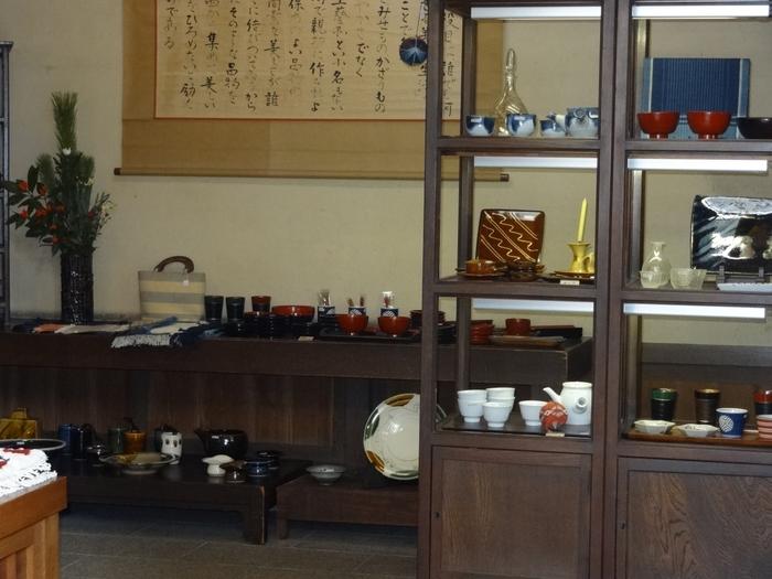 3棟からなる展示室は、岡山近隣のやきものの部屋、李朝の部屋、いろりの部屋などテーマごとに分かれて展示されています。売店には民藝も扱っています。