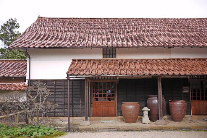 昭和49年開館の「出雲民藝館」は、出雲の名家・山本家の屋敷を改装した民藝館です。島根を中心に全国から集められた健康的な美しさに溢れた陶磁器、漆器、木工品、染織りなどが展示されています。