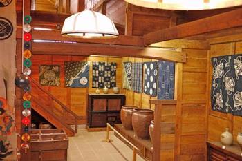 米蔵を改装した本館は、江戸末期から昭和初期の藍染めや木綿絣・陶磁器など「暮らしの道具」を展示。木材蔵を改装した西館は、山陰の作り手による近代の民藝品や農工具も展示しています。