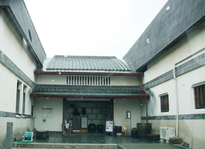 「愛媛民藝館」は昭和42年、当時の日本民藝協会長・大原総一郎の提唱により、四国で唯一の民芸館として設立されました。伊予絣や古砥部、丹波・信楽・伊万里の古陶磁器焼ど約2000点が収蔵されています。