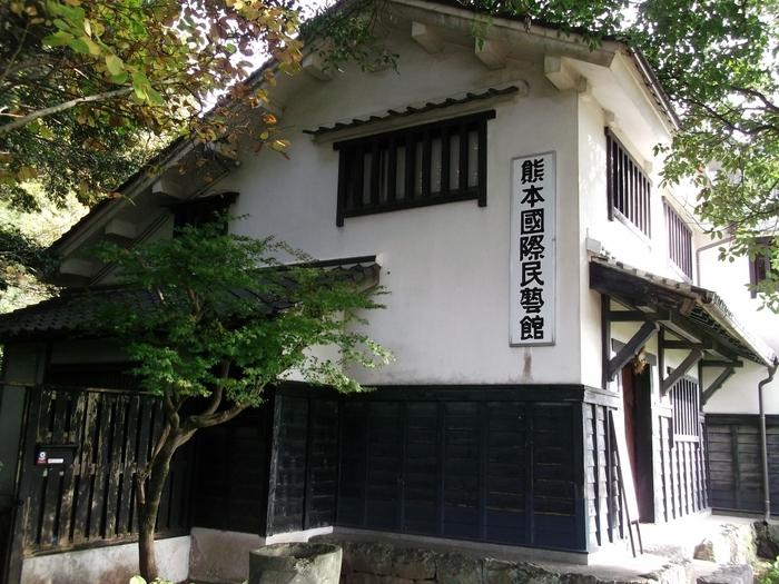 1965(昭和40)年に設立された「熊本国際民藝館」は、世界各地の民藝品を展示しています。初代館長・外村吉之介が世界各地を歴訪し集めた民藝品の数々です。建物は岡山県にあった酒造倉を移築・増築したものだそうです。風格を感じますね。