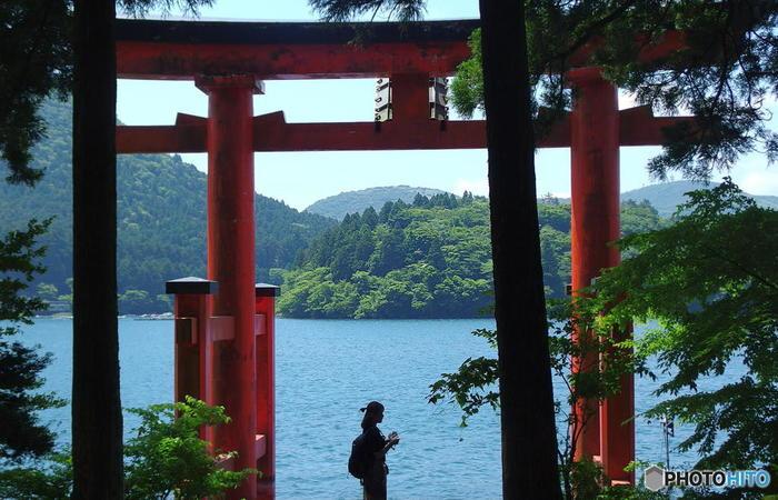 連泊することが出来るのなら、ストレスなく箱根を代表するスポットを周ることが出来ますが、一泊や日帰りで箱根を訪れるなら、エリアを絞った方が、快適でより印象深い旅になります。【パワースポットとして有名な「箱根神社」】