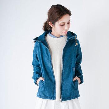 肩肘張らないナチュラルな装いを叶えてくれる、デニム素材のマウンテンパーカー。春らしさを出したいなら、明るめのライトブルーを選ぶのが正解です。