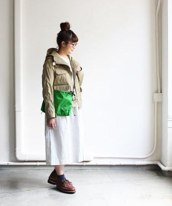 休日らしいコージーな着こなしも、優しいベージュ効果でマイルドな仕上がりに。ぼんやりとした印象にならないよう、発色のいいグリーンのバッグを合わせて。