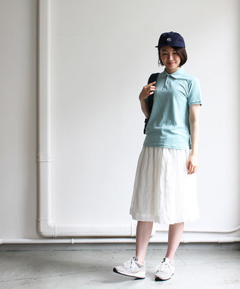 ガーリーな印象が強いコットンスカート。カジュアルなポロシャツをマッチングさせることで、甘さ控えめのテイストミックススタイルが完成します。