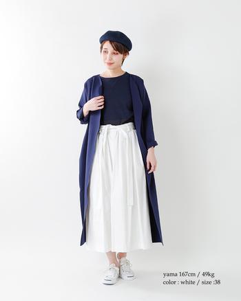 クリーンなホワイトのスカートをセットすれば、ダークカラーのトップスやアウターも重苦しさゼロ。深いネイビーと澄み切ったホワイトが、コーディネートに美しいコントラストを生んでいます。