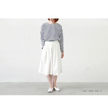 いつもならパンツでつくっていたマリンルック。ホワイトのコットンスカートにスライドすれば、新鮮かつ上品な雰囲気に持ち込めます。