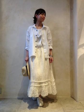 コットンスカートでつくる、爽やかなホワイトのワントーン。ふわりと揺れるヘムラインが、ナチュラルなフェミニティを演出します。