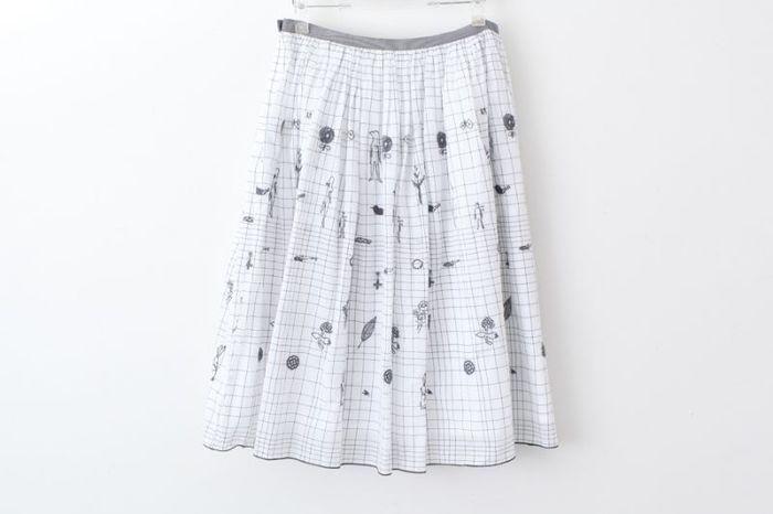 プリントや刺繍が施されたコットンスカートは、春夏のルックを盛り上げる主役的存在。ベースがホワイトなので、「スカートだけが目立つ!」なんて心配も要りません♪
