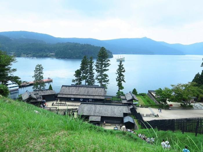 多彩な観光スポット、多様な楽しみ方が出来るのは、「箱根」と一括りにいっても、場所それぞれに地勢や気候、歴史や産業など、環境も地域特性も異なるからです。  【箱根の名所「箱根関所」。関所は、通行人の検査や国の防備などのため、交通上の要所に置かれた施設。当該地は、屏風山と芦ノ湖に挟まれ、自然の要害になっている。】