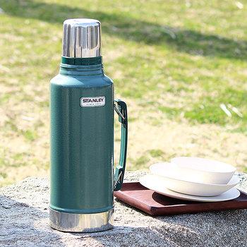 水分補給用としても、体温調整のためにも、必要なのが保温効果ある水筒。朝晩肌寒い日にはあたたかい飲み物を、暑い日には氷を入れた飲み物を持っていくと、とっても便利です。一人で行く時は小さめ、大勢で行く時は大き目と、複数用意しておくと便利ですよ。
