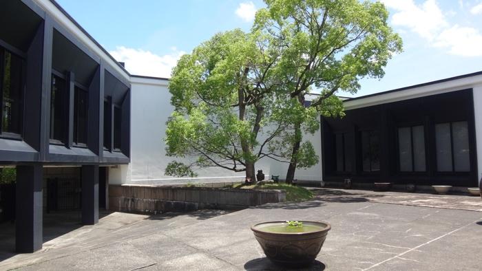 今回ご紹介した民藝館の内、「大阪日本民芸館」「鳥取民藝美術館」「倉敷民藝館」「出雲民藝館」は、売店を併設しているので、購入して民藝の素晴らしさに触れることができますよ。ご旅行の際の参考になれば幸いです。