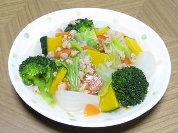 茹でたお野菜に大豆ミートのあんをかけたやさしい味わいのおかず。大豆ミートの戻し方はメーカーによって異なりますが、一度お湯で温めてから水の中で揉み洗いすると、大豆独特の香りが気にならずおいしく調理できます。あんかけにする時も同様に下ごしらえすると良いですよ。
