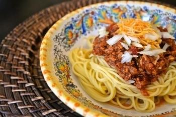 ひき肉の代わりに、ミンチタイプの大豆ミートを使ったミートソース。玉ねぎやにんにくの他、シナモン・クミンなどのスパイスを入れているので、大豆の匂いは気にならず深みのある味わいに仕上がります。たっぷりかけてもお肉のソースよりも低カロリー。多めに作ってストックしておけば、ランチやディナーに大活躍です。
