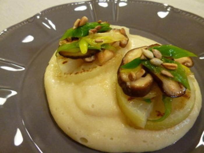 炊いたひえは、白身魚のすり身のような舌触り。ふんわりしたソースに仕上げて大根のソテーを盛り付ければ、レストランのようなおしゃれなメイン料理に。ひえソースを作るのに少し手間がかかりますが、そのやさしい味はやみつきになりそう。