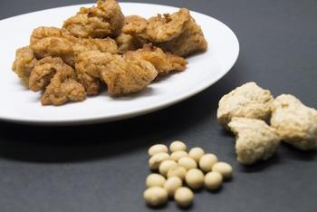 """大豆ミートは""""ソイミート""""とも呼ばれ、大豆のたんぱく質である""""グルテン""""を乾燥させたものです。大豆の他に野菜を混ぜて作った「ベジミート」もあります。ブロックタイプやフィレ、ミンチタイプなど形状もいろいろあり、水で戻してから調理するのが一般的。お肉のような食感が特徴で、味がしみこみやすいのでさまざまな調理に使えます。"""