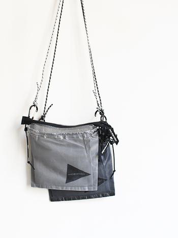 ホワイトとブラックのスポーティーなサコッシュは都会的な雰囲気。アウトドアらしいデザインがオシャレです。