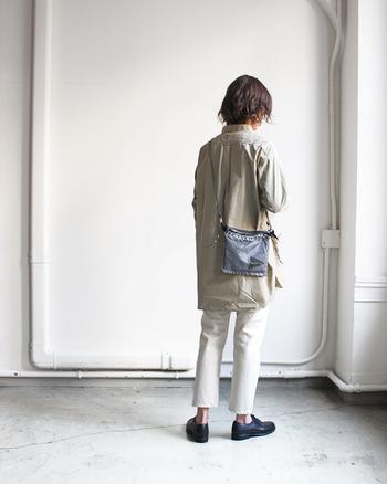 斜めにかけると、体に沿う様にスリムなサコッシュ。どんな服装にも似合うベーシックなデザインです。