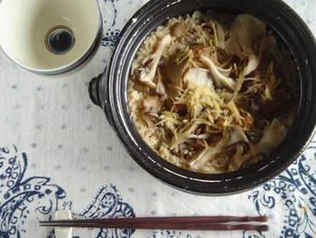 サバの味噌煮缶と舞茸を、調味料やお米と一緒に炊飯器の中へ。炊くだけなので、とっても簡単。サバと舞茸の風味豊かな炊き込みご飯です。