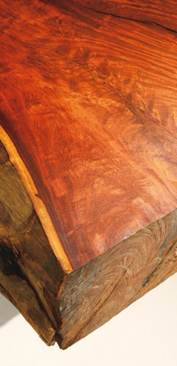 無垢材は木を切り出した後、接着などの加工をしないそのままの木材です。木目の美しさを活かしたり、香りや調湿性などの機能を持ったものもあります。より自然の状態に近い木材のため、ソリや歪み、割れなどが発生しやすいのが短所です。