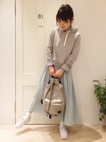 ふんわりとした優しげなミント色のスカートにはパーカーや白スニーカーがぴったり。カジュアルですが、全体的に軽やかでフェミニンな雰囲気のコーデに仕上がりますよ。