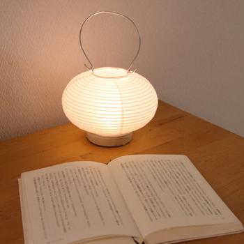創業70年の和紙メーカーから誕生した、森林を意味する「Forest」に由来した「Fores(フォレス)」の手持ちができる小ぶりの提灯「道行灯(みちゆきとう)」。