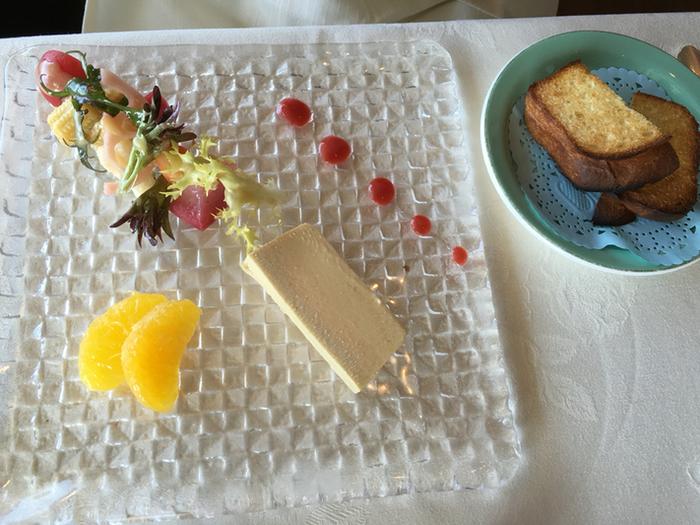 贅沢な時間を過ごすなら、奥のフレンチレストランです。こちらは、ランチコースのオードブル「フォアグラムース なめらかプリン風」、繊細は盛り付けにうっとりしますね。