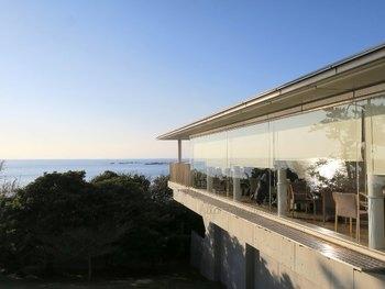 神奈川県立近代美術館 葉山の1階にある「オランジュ・ブルー」は、海の見える絶景レストランです。ガラス張りなので、店内のどのテーブルからも一色海岸を見ながら食事が出来ます。