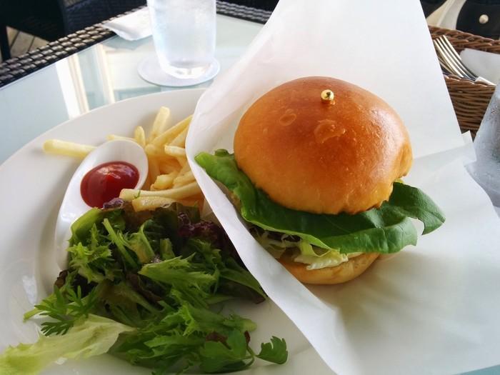 葉山牛を使用した「葉山バーガー」やパンケーキ、パフェなど、カフェメニューも充実しています。