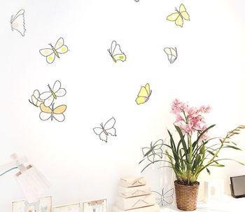 こちらはお花と蝶々。飾っているインテリア小物と、ウォールステッカーに関連性を持たせると、その壁一体でひとつの物語がうまれます。出来上がりのイメージを描きながら貼っていくと空間を素敵に演出できますね。