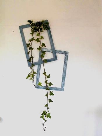 フレームと合わせて植物をラフに飾るのも素敵です。本物のフレームでもいいですし、マスキングテープでフレーム風に貼ると壁に全く傷をつけません。  フレームの色や質感をインテリアのテイストに合わせるとまとまりが生まれますよ。