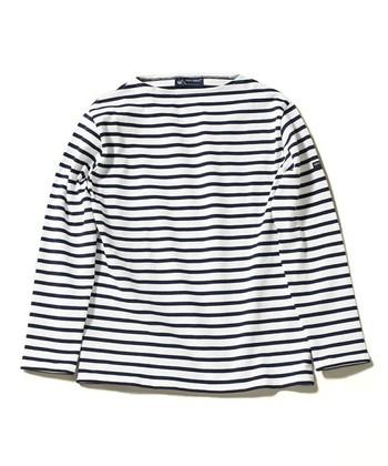 Tシャツやカットソーは、購入したらまずはお洗濯をして、折り皺をなくしましょう。干す際のハンガーは、肩幅に合ったものを使用すれば、ハンガーのあとが付いたり、伸びてしまったりするのを防ぐことができます。