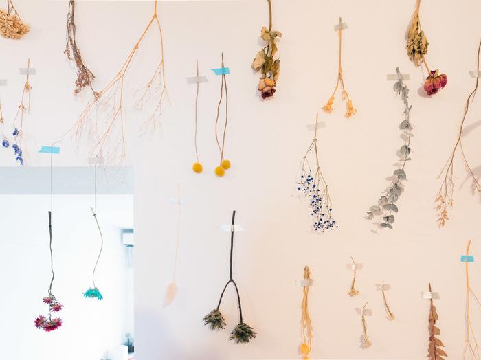 生花をドライフラワーにするため、マスキングテープで壁に貼っていくだけでおしゃれなインテリアに。花束ごとではなく1本ごとに貼ると、重みで落ちる心配もありません。グリーン好きさんにおすすめのレイアウト法です。