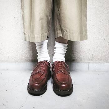 お手入れ次第で、長く大切に履ける革靴。まずはブラシで全体の汚れを落とし、次に汚れ落とし用のクリームを付けて、丁寧にふき取ります。