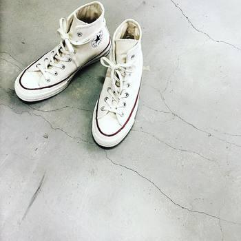 スニーカーは、購入してすぐに撥水スプレーをすると、汚れも付きにくくなります。それでも汚れが気になってきたら、水洗いを。汚れが目立ちやすい白スニーカーでも、お手入れ次第でずっとお洒落に履けますね。