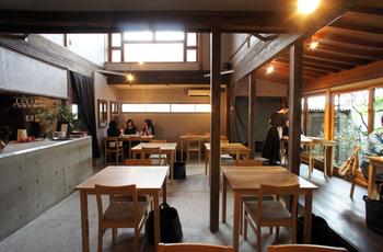 古民家をリノベーションした「papparayray」は、舞鶴公園から歩いて約10分弱で行くことができるカフェです。無機質なコンクリートに木の家具や花で温もりもプラスした素敵な空間が広がっています。