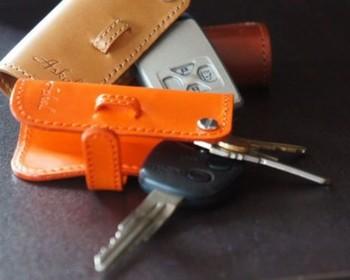 家の鍵や、車のキーをコンパクトにしまえる「キーカバー」もオススメです。革を切り出して、ケースを留める部分を縫い合わせて…と、「しおり」より作るのが難しいですが、ちょっとキレイにならなかった箇所も、手作りならではの味です♪ 毎日使うものだからこそ、お母さんの名前やイニシャル、ありがとうの気持ちを込めたメッセージなどを刻印すると、より愛着を持ってもらえるのでは*