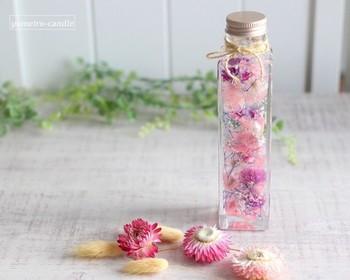 専用オイルにドライフラワーやプリザーブドフラワーを漬け込んでつくる「ハーバリウム」。きれいな色合いを保てるため、枯れないお花として人気を集めています。 「専用オイル」と「保存瓶」を用意すれば、好きなドライフラワーを入れるだけで簡単に手作りできますし、手軽につくれる専用キットも販売されています。例えば赤、ピンク、紫など、同系色の花を組み合わせると、バランスのよいハーバリウムができあがりますよ。