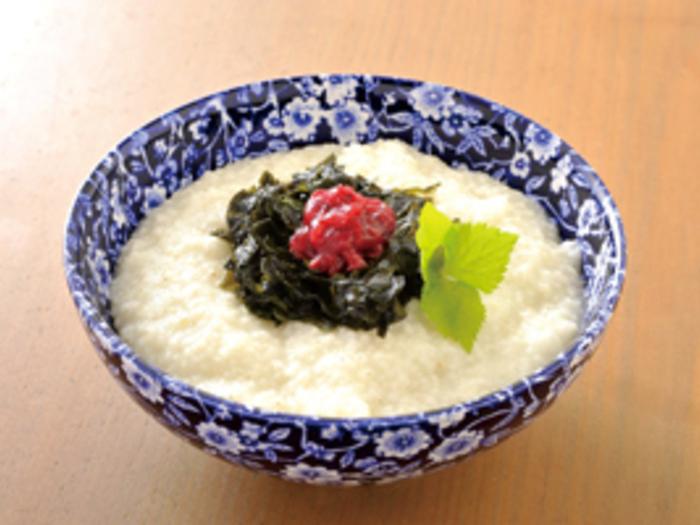 お水を多めにしたひえ粥は、お腹にやさしく、食欲がない日でもさらりと食べられそう。刻んだわかめの香りと梅干しの酸味がアクセント。お米のお粥とはひと味違う食感を楽しんでみて。
