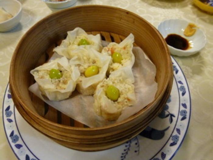 ひき肉の代わりにひえを使ったヘルシーなシューマイは、クセがなく幅広い年代の方に喜ばれそうな中華おかず。炊いたひえと炒めた野菜を具にしているので、たくさん食べても罪悪感が少ないのがうれしいですね。れんこんをすりおろしてつなぎにすると、具がまとまりやすくなりますよ。