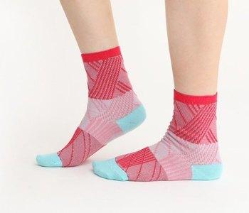 台湾のデザイナー「+10(テンモア)」が手がける靴下です。ポップな色使いと幾何学模様が可愛らしいですよね。ワンポイントとして合わせてみるといいですね。