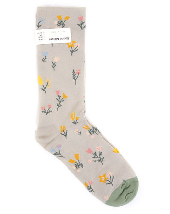 とってもガーリーなデザインですが、小花柄なので大人の女性でも楽しめるデザインです。カラーも落ち着いているので、ファッションのワンポイントとしておすすめの靴下です。