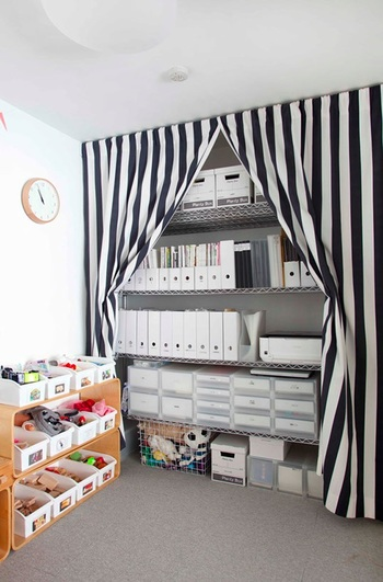 壁面いっぱいの大きな収納も、布を掛ければすっきり目隠しできます。のれんのように真ん中で開けるようにすると、物の出し入れもしやすそう。