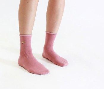 シンプルなデザインと色合いが大人でも気軽に楽しめる靴下です。スカートやデニムなど合わせるアイテムを選ばず重宝しそうです。