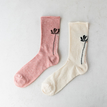 シンプルなコスモス模様がワンポイントになる靴下です。あえて模様を見せるコーディネートを楽しみたいですね。