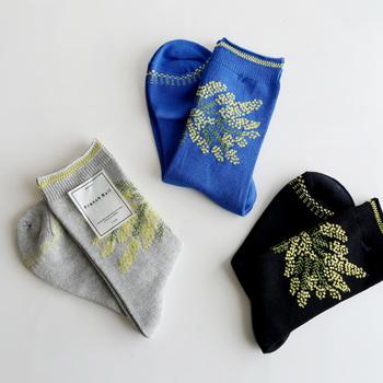 満開のミモザをイメージした靴下です。春らしいデザインが可愛らしいですね。程よい履き心地が人気の「French Bull (フレンチブル)」は品質の高さにも定評のあるブランドです。
