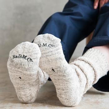 足もとといっても靴を変えるわけじゃなく、靴下から手軽に変えてみませんか? いつものコーディネートにワンポイントとして柄物を合わせたり、色を加えてみたり。靴下にはコーディネートの幅を広げる大きな役割があるんです。