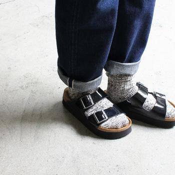 メンズライクなカジュアルコーディネートには、シックな色合いの靴下を合わせてみて。合わせ方を間違えてしまうとダサ見えになってしまうので注意してくださいね!