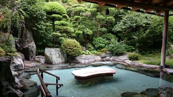 したがって、箱根の玄関口である当地は、箱根の中で最も歴史ある湯治場です。現在も、釈浄定坊が発見した箱根最古の源泉は、枯れることなく、当地に鎮座する「湯本熊野神社」に自然湧出しています。  【画像は、箱根湯本の老舗宿「吉池旅館」の源泉掛け流しの露天風呂。「吉池旅館」は、一万坪にも及ぶ回遊式庭園で有名な宿。園内には、登録文化財指定の「旧岩崎邸別邸と茶室」があり、日帰り利用でも庭園散策ができる。】
